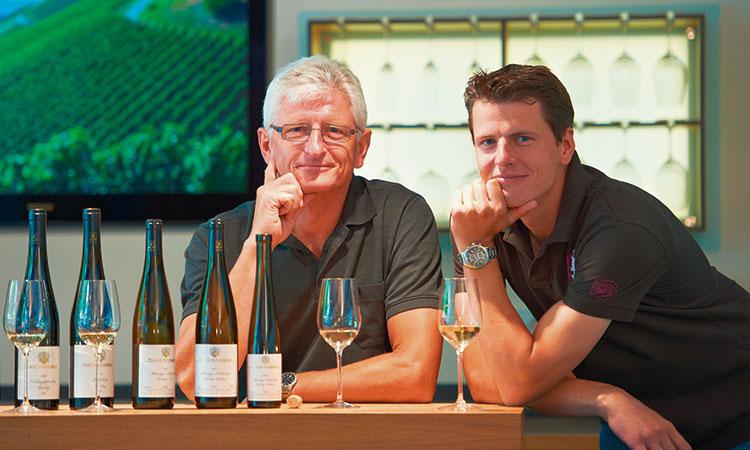 Frank und Werner Schönleber mit ihren Wein-Schätzen