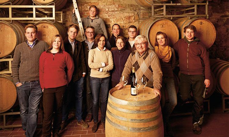 Die Großfamilie Rebholz in ihrem Weinkeller