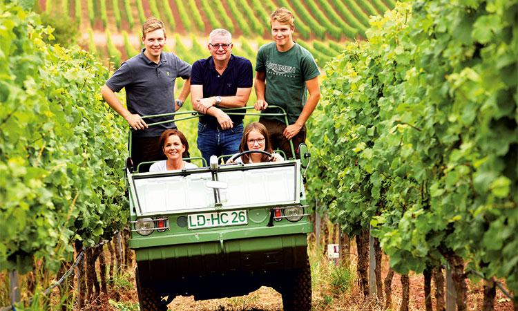 Die Familie Rebholz auf ihren Weinbergen on tour